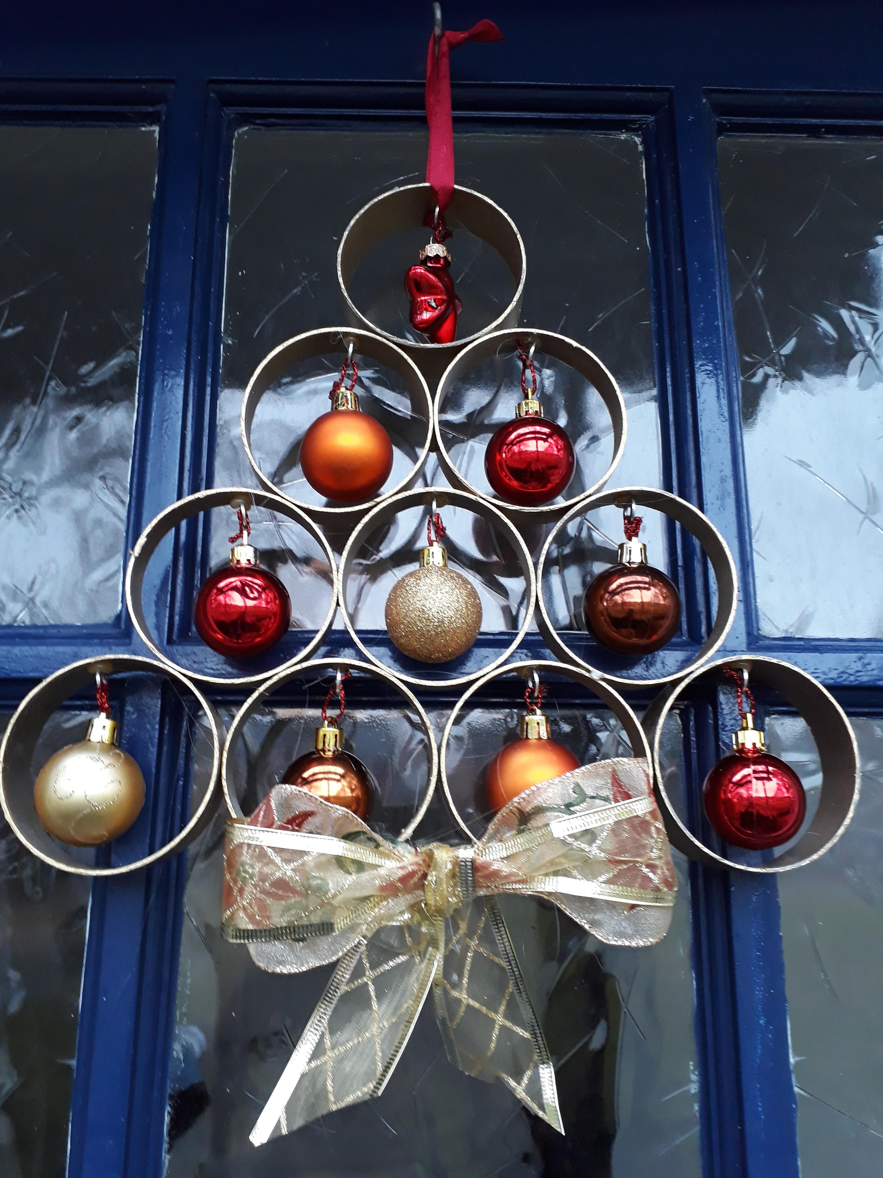 Een kerstboom aan je deur van pvc buis geeft fleur aan je huis - Deur tijdschrift nieuws ...